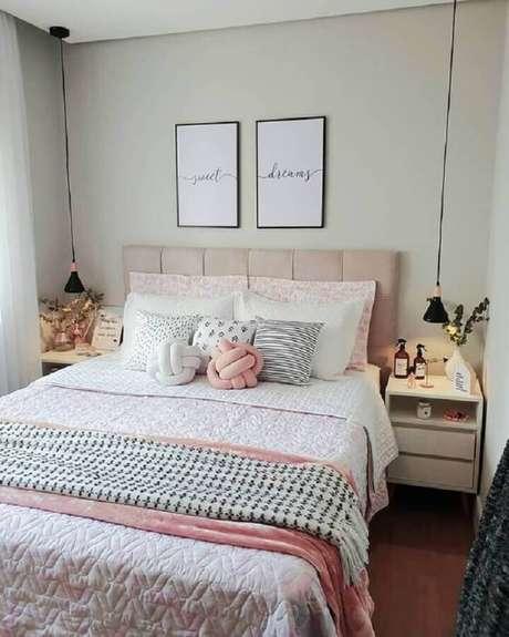 23. Decoração simples para quarto com luminária de cabeceira pendente – Foto: Pinterest