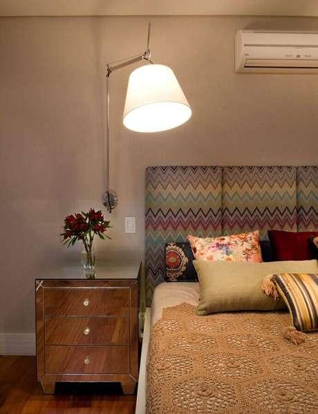 25. A luminária de cabeceira articulada é uma ótima escolha para quem procura por praticidade – Foto: Pinterest