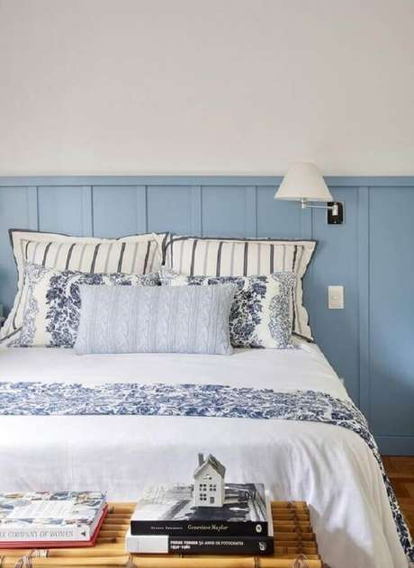 29. Decoração de quarto azul e branco com luminária de cabeceira de parede – Foto: Jeito de Casa