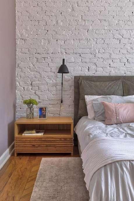 32. Decoração para quarto com parede de tijolinho branca rústica e luminária de cabeceira preta – Foto: Casa de Valentina