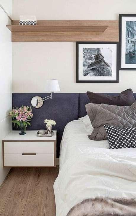 33. Decoração de quarto planejado com luminária de cabeceira estafada azul – Foto: Pinterest