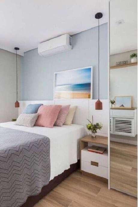 39. Quarto decorado com almofadas coloridas e luminária de cabeceira de teto – Foto: Pinterest