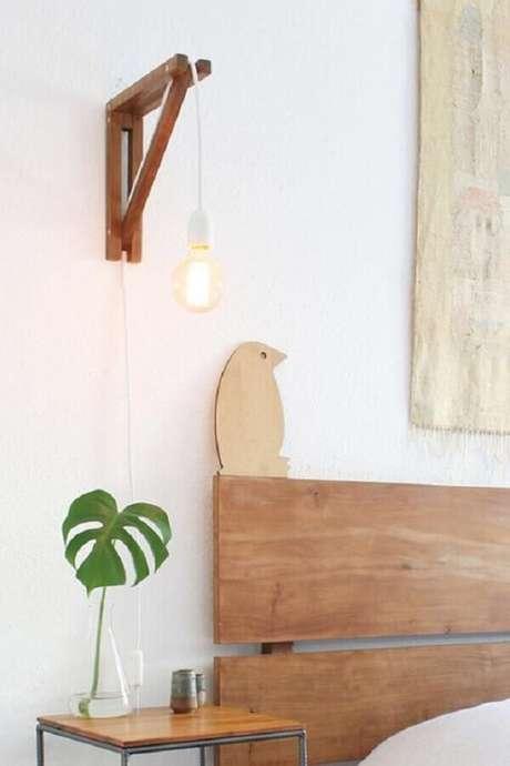 42. Quarto clean decorado com luminária de cabeceira de madeira – Foto: Boobam