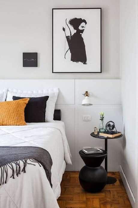 44. Quarto branco decorado com várias almofadas, mesa lateral redonda e luminária de cabeceira – Foto: Casa de Valentina
