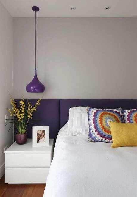 48. Luminária pendente de cabeceira para decoração de quarto branco e roxo – Foto: Eu Capricho