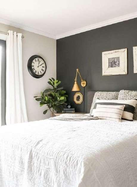 50. Decoração de quarto de casal cinza e branco com luminária de cabeceira articulada dourada – Foto: Ariyona Interior