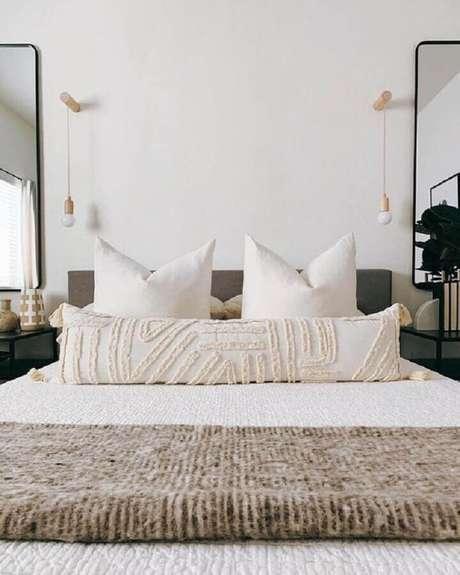 51. Quarto de casal branco decorado com modelo simples de luminária de cabeceira para leitura de parede – Foto: Design Allure