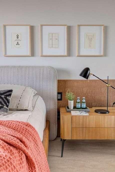 53. Cabeceira estofada para decoração de quarto com luminária para mesa de cabeceira – Foto: Casa de Valentina