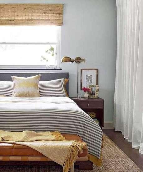 54. Luminária de cabeceira com acabamento de ouro envelhecido para decoração de quarto de casal – Foto: Better Homes and Gardens