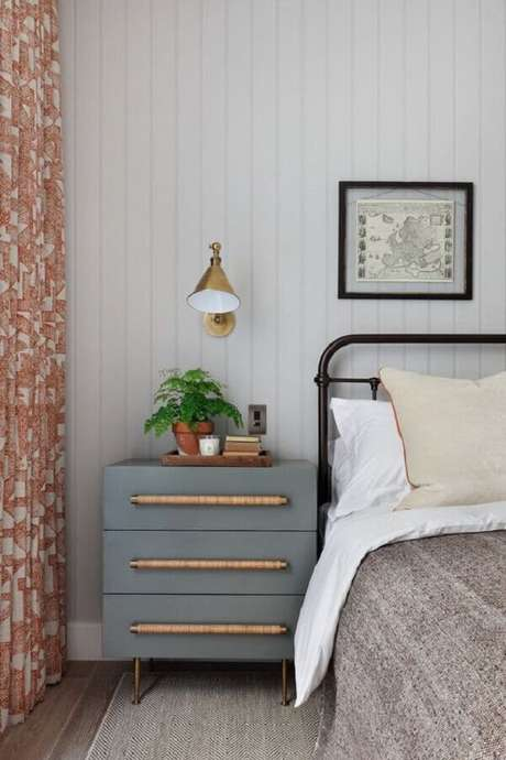 55. Modelo de luminária de cabeceira dourada para decoração de quarto com cama de ferro – Foto: Archilovers