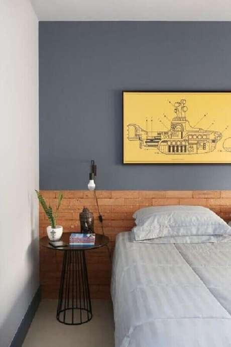 56. Luminária para cabeceira de quarto cinza com cabeceira de tijolinho à vista – Foto: Pinterest