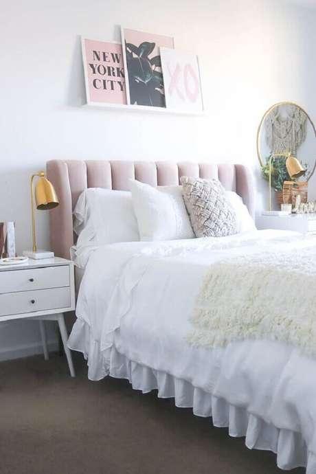 57. Luminária para cabeceira de quarto feminino branco e rosa com criado mudo retrô – Foto: Curated Interior