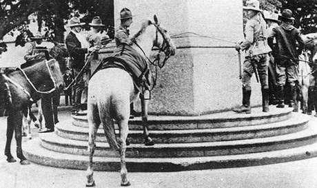 Gaúchos amarram cavalos no obelisco (1930)