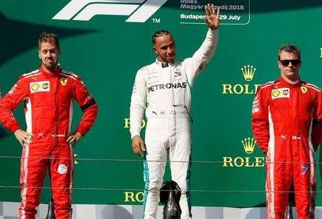 Lewis Hamilton celebra triunfo na Hungria, contra o favoritismo da Ferrari