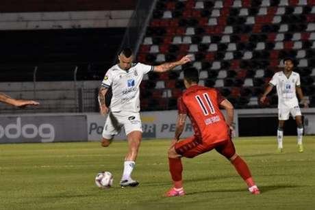 Marcelo Toscano fez um golaço de falta, que abriu o caminho para a vitória do América-MG em Ribeirão Preto-(Mourão Panda/América-MG)
