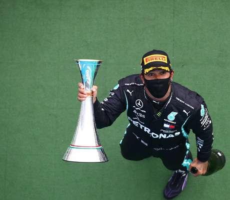Hamilton celebra vitória na Hungria, a oitava da carreira no circuito magiar