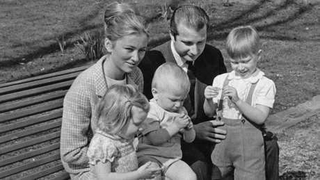 Princesa Paola da Bélgica (posteriormente Rainha Paola) com o então Príncipe Albert e seus filhos, em 1969