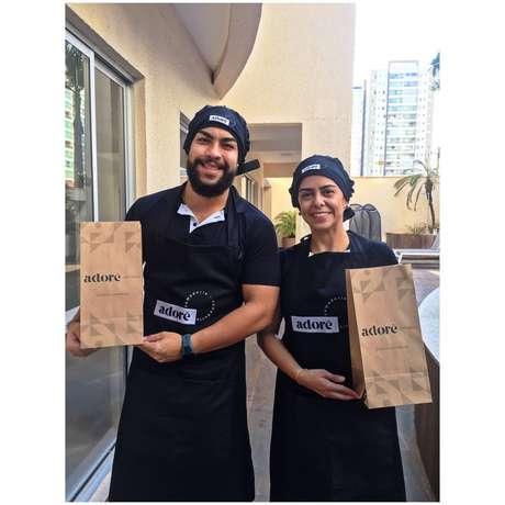 Kellen Chagas e o marido Felipe Augusto, que abriram uma pequena empresa na pandemia, a Adorê Comedoria