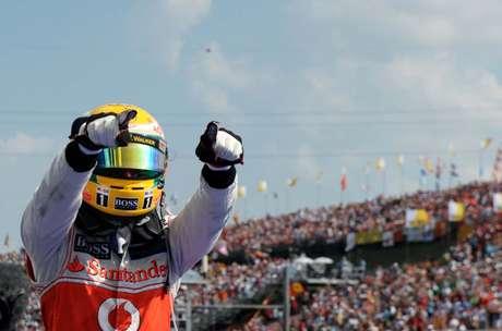 19 – Lewis Hamilton segurou a dupla da Lotus para vencer o GP da Hungria e ainda manter-se na briga pelo título. O sonho, no entanto, durou pouco