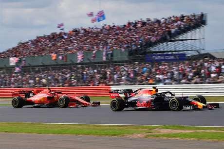 O destaque da corrida em Silverstone foi a intensa briga entre Max Verstappen e Charles Leclerc