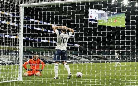 Hugo Lloris e Harry Kane, do Tottenham Hotspur, lamentam depois que o West Ham United Manuel Lanzini marcou seu terceiro gol. REUTERS/Matt Dunham
