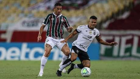 Danilo Barcelos marca o meia Fernando Sobral durante partida contra o Ceará (LUCAS MERÇON / FLUMINENSE F.C.)