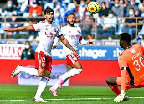 Momento em que Paquetá fez golaço por cobertura, mas arbitragem anulou (Foto: Divulgação / Lyon)