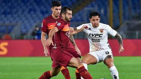 Roma e Benevento fizeram jogo agitado pela quinta rodada do Campeonato Italiano (Foto: AFP)