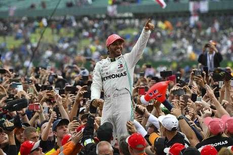 80 – Em 2019, Lewis Hamilton novamente venceu em Silverstone e caiu nos braços dos fãs. Mais uma festa no GP da Inglaterra