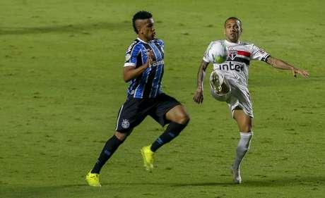 Daniel Alves, do Grêmio, disputa lance com Cortez, do São Paulo