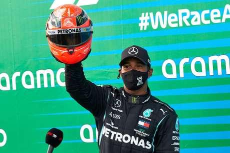 Hamilton exibe o capacete utilizado por Schumacher nos tempos de Mercedes