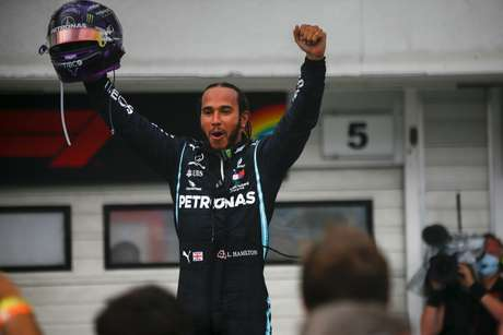 Lewis Hamilton festeja vitória que o colocou na liderança da F1 2020