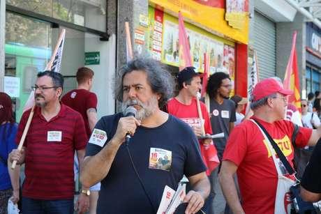 O professor Julio Flores, candidato pelo PSTU, durante a campanha eleitoral de 2018, quando concorreu ao governo do Estado.
