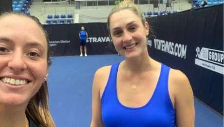 Luisa Stefani tira selfie comGabriela Dobrawski, sua companheira no torneio de Ostrava