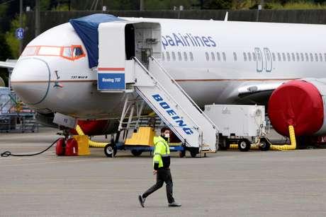 Funcionário de aeroporto usa máscara em Washington 21/04/2020 REUTERS/Jason Redmond