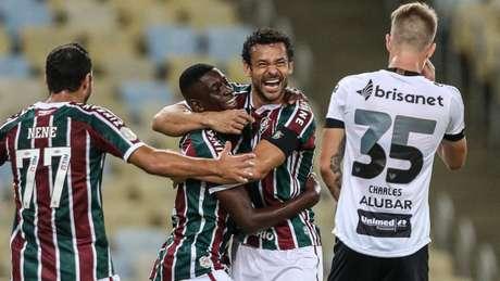 Luiz Henrique comemora gol ao lado de Fred e Nenê contra o Ceará (Foto: LUCAS MERÇON / FLUMINENSE FC)