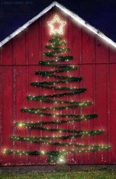 9. Área externa decorada com árvore de festão de Natal – Foto: Pinterest
