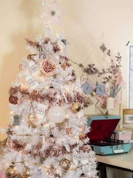 10. Árvore branca decorada com rosas e festão de Natal rose – Foto: Rhyme