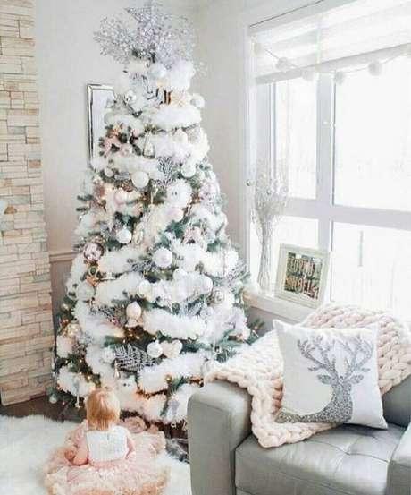 11. Festão de Natal branco para decoração de árvore em sala clean – Foto: Apartment Therapy