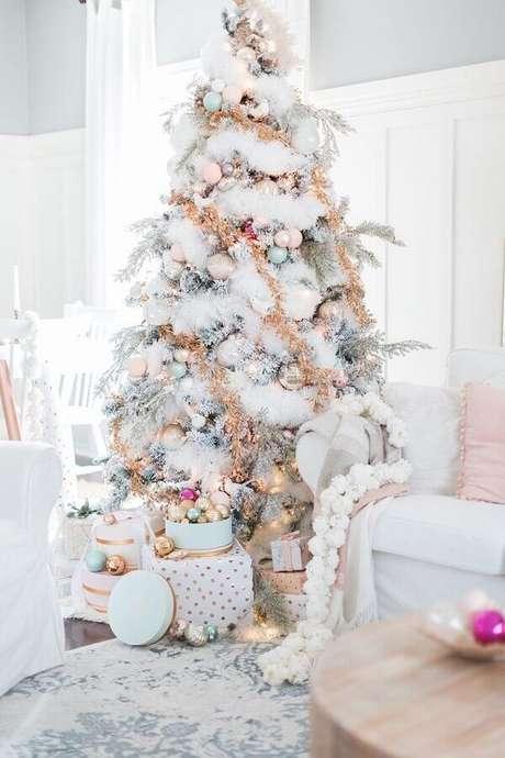 12. Linda árvore branca decorada com festão de Natal dourado – Foto: Home Furniture