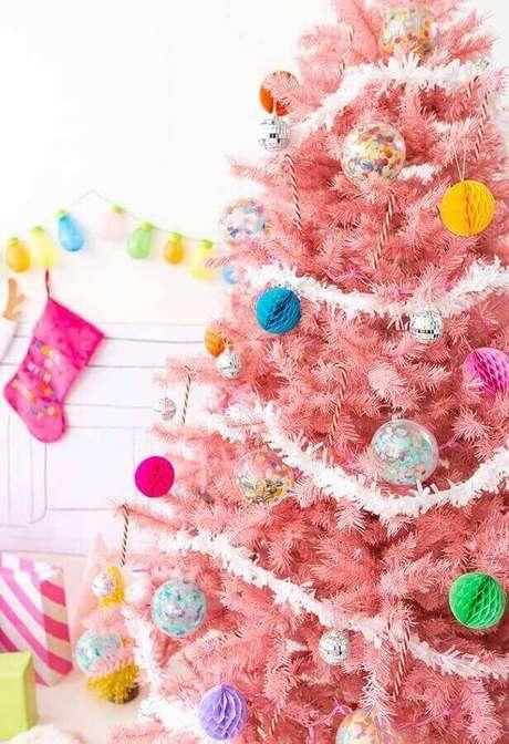 13. Decoração de árvore de Natal rosa com enfeites coloridos e festão de Natal branco – Foto: Pinterest