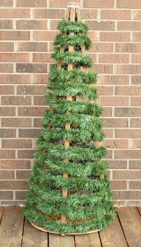 15. Festão de Natal para montar árvore simples com base de madeira – Foto: Pinterest