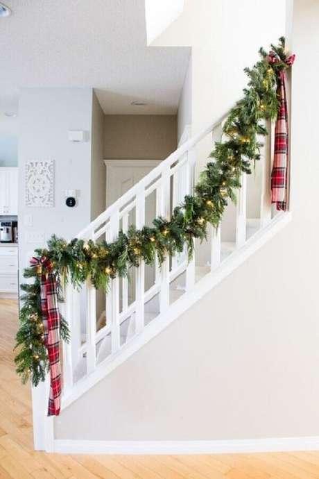 16. A decoração de Natal com festão fica linda para escadas – Foto: Dandelion Wishes LLC