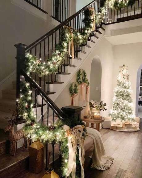 17. Invista na decoração com festão de Natal e pisca pisca para escadas – Foto: PopSugar