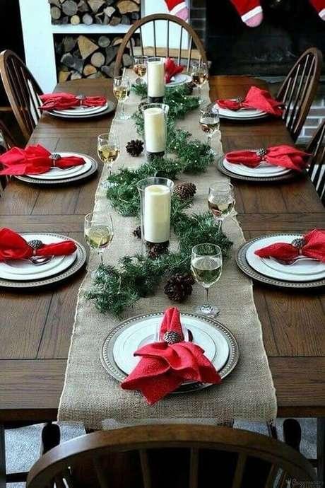 5. Decoração com festão de Natal para mesa simples com velas e pinhas – Foto: Casa da Iaza