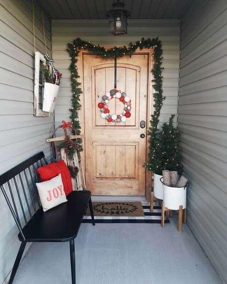 4. Decoração com festão de Natal para porta de entrada – Foto: Christmas Glitter