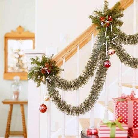 3. O corrimão de escada fica um charme decorado com festão de Natal – Foto: Better Homes and Gardens