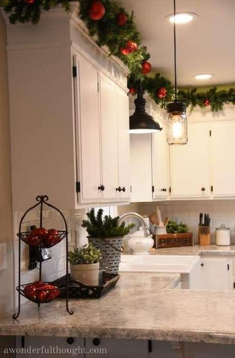18. Decoração de cozinha com festão de Natal decorado com bolas vermelhas em cima dos armários – Foto: A Wonderful Thought