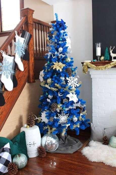 20. Decoração simples para árvore de Natal azul com festão de Natal prata – Foto: Pinterest