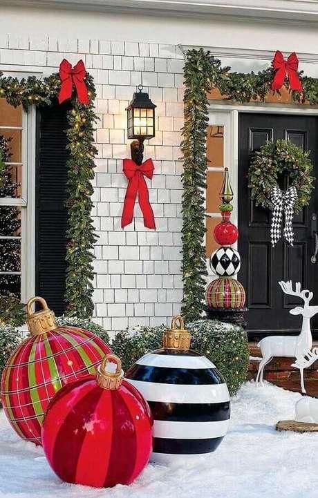 6. Linda inspiração para decoração de jardim com festão de Natal – Foto: Pinterest